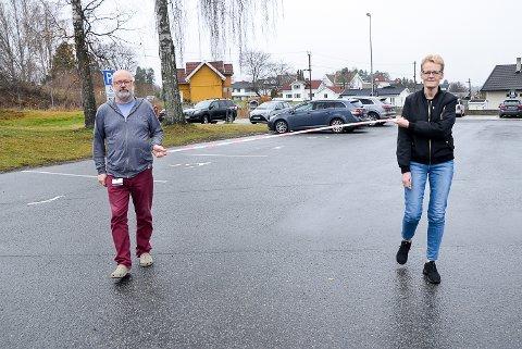 TO METER: – Det beste smitteverntiltaket er å holde god avstand til hverandre, og to meter regnes som en trygg smitteavstand, sier ordfører Sunni Grøndahl Aamodt. Hun og Torstein Vik viser her hvor langt to meter er.