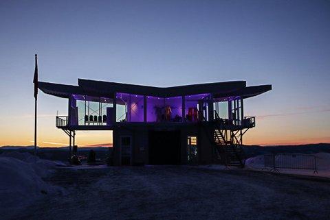 LILLA LYS: Vingen på toppen av Vikersundbakken lyser lilla i anledning Verdens prematurdag 17. november.