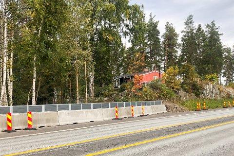 STENGT: Den private, ulovlige, avkjøringen like nord for Sporpind i Åmot er nå stengt igjen med ny mur.