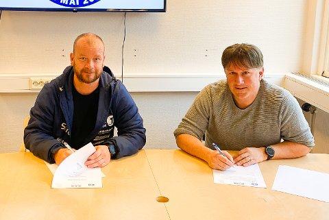 ANSATT: Trond Wold signerte arbeidskontrakten mens styreledeer Martin Kaggestad i Modum Fotballklubb bivåner det hele.