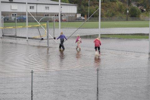 Kunstgrasbanen i Sokndal ble hardt rammet av flommen.