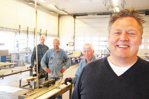 VIKTIGE ARBEIDSPLASSAR: Henrik Einar Seglem er administrerande direktør i Uninor-konsernet. På dette arkivbildet er han saman med nokon av dei tiltakstilsette produksjonsarbeidarane i morselskapet. Uninor har 85 plassar for tiltakstilsette. Dét kjem ikkje til å endra seg som følge av den pågåande endringa av selskapsstrukturen.
