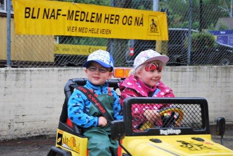 SØSKENTRANSPORT: Madelen og Markus Sjøveian fikk prøve NAFs elektriske biler.