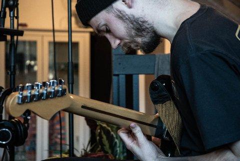 MANGE TALENTER: Frank Christian spiller både gitar, trommer og piano.