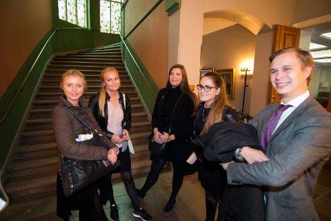 UNGDOMMEN: Victoria Elisabeth Cavallini Fevik (18) (t.v) fra Høyre minglet medden unge Ap-gjengen representert her ved Karoline Soot (21), Lina Strandbråten (20), Victoria Øverland (17) og Andreas Brandt.