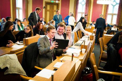 IPAD-LYKKE: Det ble tid til mat og nye iPader for det nye bystyret før det offisielt ble konstituert.