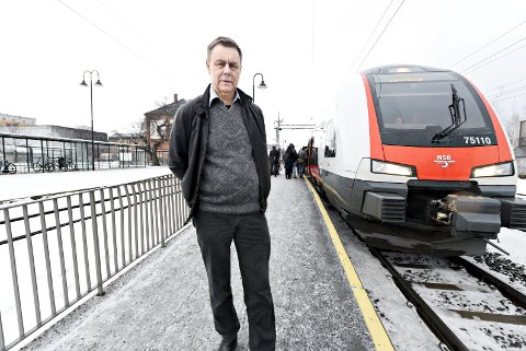 ENDELIG: I 2015 gikk ordfører Bent Inge Bye hardt ut og krevde tiltak fra Jernbaneverket på Mjøndalen stasjon. Nå jubler han – perrongen blir utvidet, og det ganske så snart.