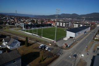 Slik kan det bli på Mjøndalen stadion. Bildet viser visualiseringen av byggetrinn 3. FOTO: MJØNDALEN FOTBALL