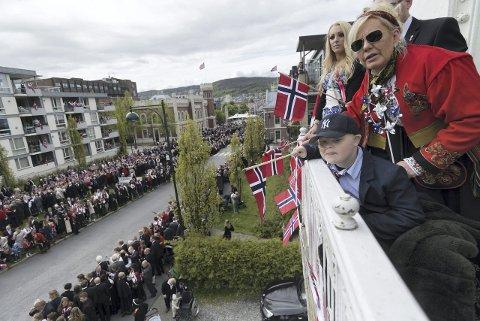 17. MAI 2015: Mange husker det rørende engasjementet drammenserne viste da familien var på jakt etter en balkong Martin kunne få se barnetoget fra. De endte opp hos Odd Morten Ramberg i Kirkegata.