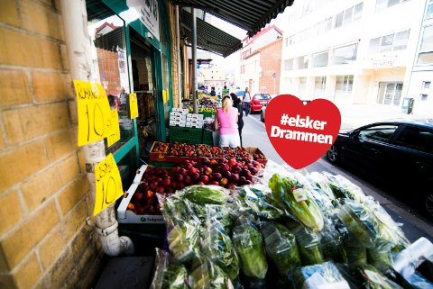 FARGERIK OG EKSOTISK: Elite Mat på Strømsø har flere ganger blitt kåret til Drammens billigste på frukt og grønt. I butikken i Tollbugata finner man blant annet tyrkisk brød, feta og et utall varianter av oliven i løsvekt.