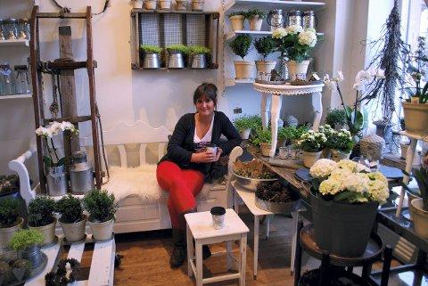 BLÅVEISPIKEN: Denise Sandli driver sin egen lille blomsterbutikk rett ved Strømsø Torg. Hos henne – og de andre små blomsterbutikkene i byen – står fristelsene i kø for en stakkar blomsterelskende sjel.