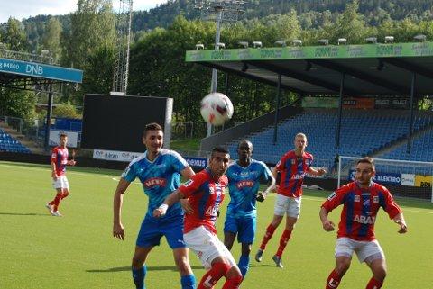KRIGET GODT: DFK-spillerne kjempet tappert mot Fram uten å omsette sjansene i mål. Her er Hasan Karagøz (t.v) og El Hadji i aksjon i 1. omgang.