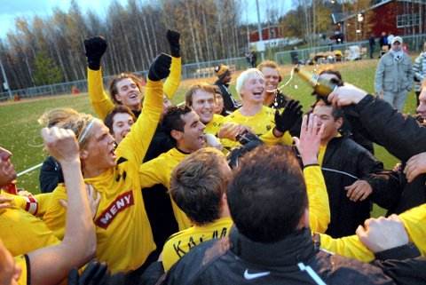 TILBAKE TIL GULT OG SVART: I 2008 jublet Faramarz Nemati (i midten) og resten av gutta i Åskollen FK for opprykk til 2. divisjon etter å ha slått Førde 8-3 sammenlagt. Nemati er i dag Åskollens kaptein i 5. divisjon.