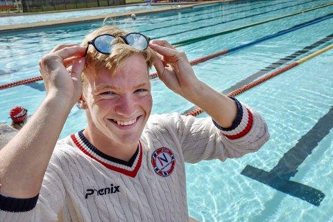 KAN SMILE: Andreas Bjørnstad har god grunn til å smile etter et flott år i svømmebassenget.