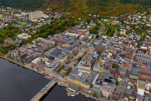 FOTO NILS J MAUDAL/DRAMMENSBILDER.NO Flyfoto Drammen, Bragernes torget sommer høst