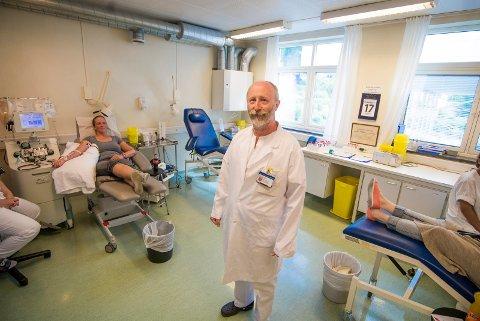 TRENGER GIVERE: Blodbanken i Drammen sliter med å tappe nok blod i Sommer Seksjonsoverlege, Jonn Larsen oppfordrer folk til å komme å bli giver.