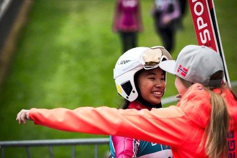STOR DAG: Thea Sofie Kleven (t.v.) tar imot en klem etter den flotte seieren i COC-rennet på Lillehammer