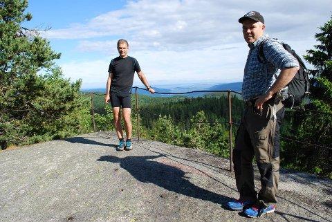FIN UTSIKT: De som deltar på marsjen søndag vil få en fin utsikt, sier Ole Kristian Skjørdal med Stian Gran på toppen.