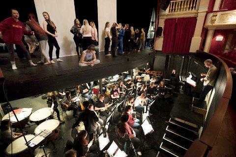 LYDSJEKK: Onsdag er siste dagen før forestilling, og elevene øver for første gang på Drammens Teater.