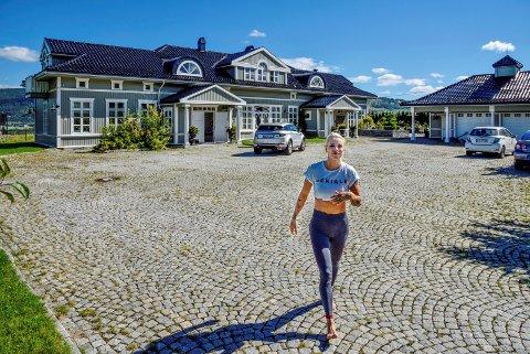 Er løsningen nær? Det kan tyde på at Maria Høili etterhvert vil kunne legge ut luksuseiendommen sin til salgs for den prisen hun selv ønsker.