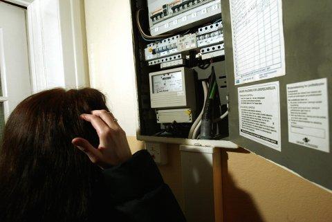 OSLO 20031401: Mange kan vente seg et sjokk når årets første strømregning kommer. Det kan lønne seg å sjekke strømmåleren engang i blant for å sjekke forbruket. Sikringsskap.  Foto: Terje Bendiksby / SCANPIX