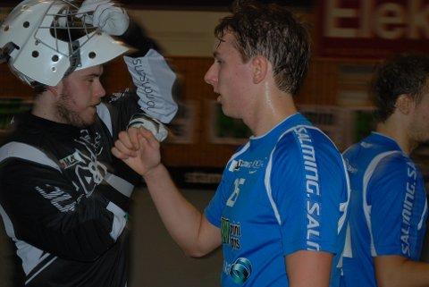 HIGH FIVE: NOR 92s siste skanse, Kristian Brunvoll er med å feirer Jørgen Bechers nettsuser i 1. periode.