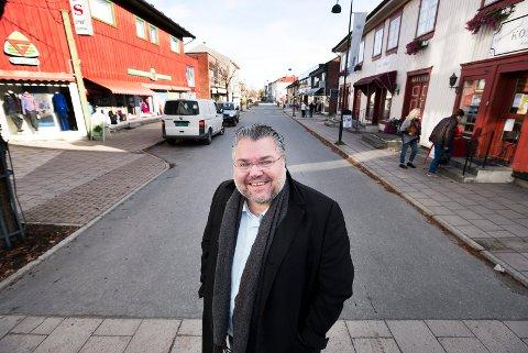 HJEMME: Vikersund har vært hjemstedet til Morten Wold i 22 år, og her stortrives han. Eneste savnet er en god, gammeldags brun pub.