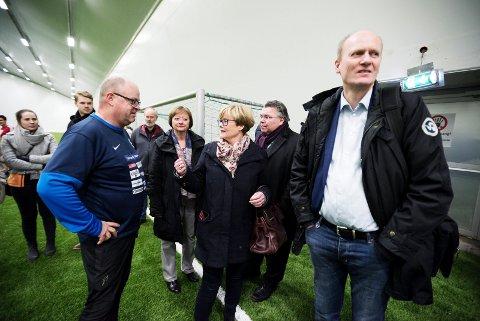 BLIR UTFORDRET: Fra Buskerudbenkens besøk hos flyktninger i  Modum i fjor. Eivind Kopland i samtale med Lise Christoffersen (Ap), Kristin Ørmen Johnsen (H), Morten Wold (Frp) og Anders B. Werp (H).