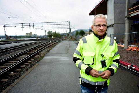BANESJEF: Bjørn Ståle Varnes er Bane Nors banesjef for Drammenbanen. Han har sendt brev med varsel om erstatningskrav til Drammen kommune og Skanska. Her på Drammen stasjon i forbindelse med masseutglidningen 5. september.