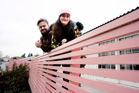 Rune Torgersen var litt skeptisk til rosa veranda, men gikk med på kona Sara Esmaielzadehs ønske.  - Happy wife, happy life, sier han med glimt i øyet.