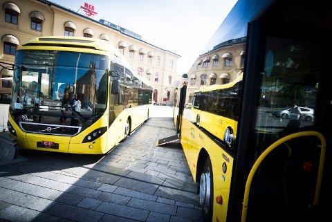 BUSSKORT FOR UNGDOM: Også unge mellom 20 og 25 år bør få kjøre buss billig, mener fylkestinget og vil gjeninnføre rabattkort til 350 kroner måneden.