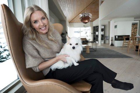 IKKE PRIVAT: På bloggen vises Nina Holst – og hunden Conrad – sjelden. Hun vil at bloggen skal handle om interiør, ikke henne, og tror det er en av grunnene til at hun aldri har opplevd noe negativt med å være en blogger. – Det er et bevisst valg fra min side. Det er ikke min personlighet som skal inspirere, men det jeg gjør. Jeg liker meg best bak kamera.