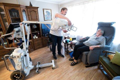 MOBILT RØNTGEN: Mary Langaas trenger røntgen av lungene. Radiograf Vegard Berg kommer hjem til henne på sykehjemmet for å ta bildene.