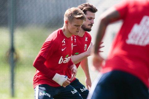 Martin Ødegaard med ny større gips» under fotballandslagets trening på Lillestrøm torsdag.