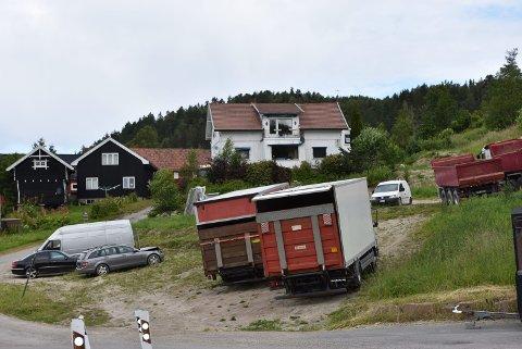 PARKERING: Tidligere i år fikk Azizi kritikk fra Fylkesmannen for parkering av lastebiler på et jorde i Lier.