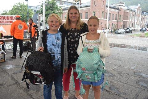 GIR VIDERE: Snart får skolesekkene til Ask Lam-Otneim og Eline Lam-Otneim nye eiere. Her er de med moren Jannike Lam.