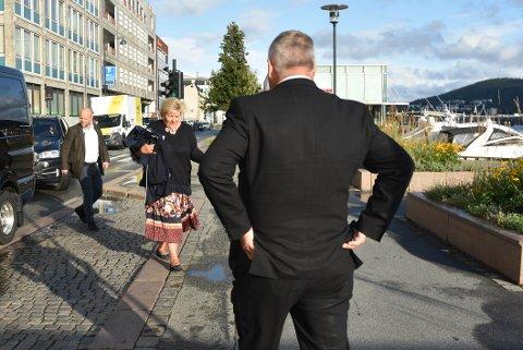 SOL OG GOD STEMNING: Erna Solberg kom bokstavlig talt med både solskinn og penger til ordfører Tore Opdal Hansen, torsdag kveld.