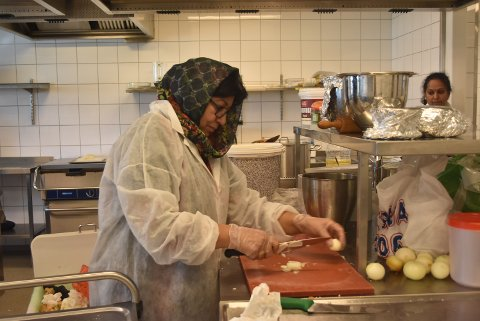 LAGD MAT I TO DAGER: Nazli Chaudhri (63) har lagd mat til Globusfestivalen i to dager, da samosa står på menyen. Hun håper på å selge bedre enn hun har gjort de tidligere årene.