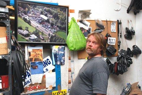 Leif Arne Rolfstad viser fram bildet av området som ble ryddet mot hans vilje i 2013.