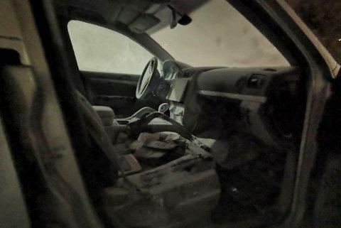 Porschen bærer preg etter branntilløpet ved hanskerommet. Bileier måtte ta pulverapparatet i bruk for å slukke.