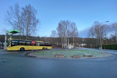 SNUR: Her snur Brakars busser i påvente av strøhjelp.