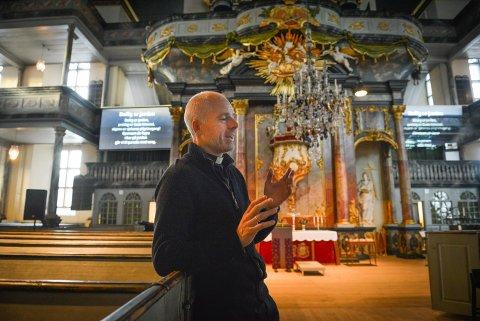 Sogneprest Reidar Aasbø mener det er viktig at begravelser gjennomføres.