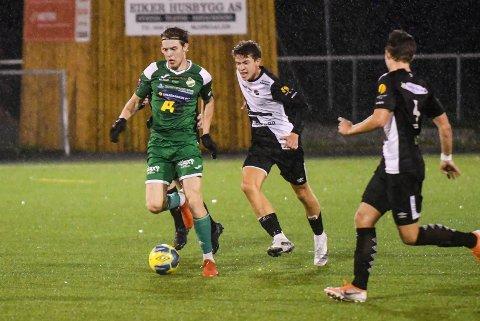 TOPP MOT BUNN: Vestfossens Fredrik Hennum (t.v.) og Solbergs Halvard Green Kopstad i duell på Solbergbanen fredag kveld. VIF vant 4-1 og overtok tabelltoppen i 4. divisjon. SSK kjemper for å unngå nedrykk.