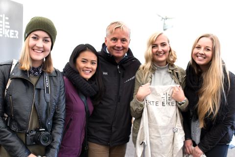 FIKK ROS: Knut Storberget skryter av innsatsen til studentene Hanna Tysse (f.v.), Anna Tran, Julie Storhaug og Victoria Nerem.