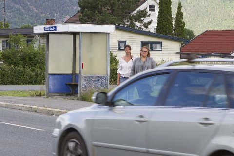 Ytterkollen:  Linn Øien (t.v) og Lisa Holtermann er opptatt av skoleveien for barna fra Ytterkollen og Mjøndalen skole. Her er det ikke engang fotgjengerfelt. Foto: Anders Kongsrud.