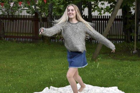 DANS ER LIVET: Her danser Ive Strand hjemme i hagen i Gamle-Hokksund. Nå skal hun ta over mamma Vibekes atelier og gjøre det om til et spesialinnredet rom for dans.