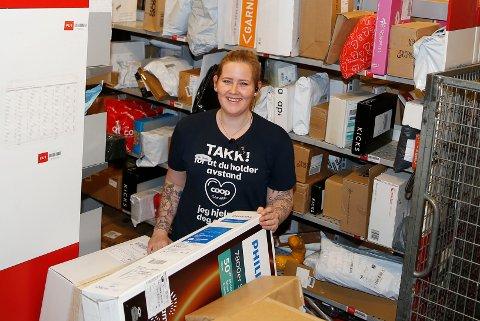 FLINKE: – Folk flest er flinke til å hente pakkene raskt. Det er bra for da får vi plass til alle som kommer, sier Ida Therese Jørgensen som er postansvarlig på Coop Extra i Hokksund der omfanget av julepost vokser for hver dag.