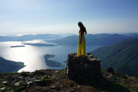 STORSLAGENT: Julie Bjanes synes finkjoler står godt til norsk natur, selv om enkelte rynker på nesen over at hun pynter seg til fjells. For ordens skyld: Kjolen ligger i sekken til hun har nådd toppen.