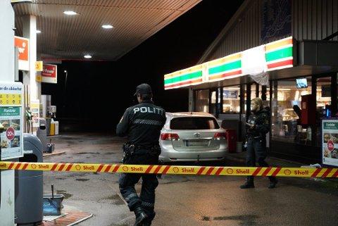 Politiet utenfor bensinstasjonen kvelden 7. november.