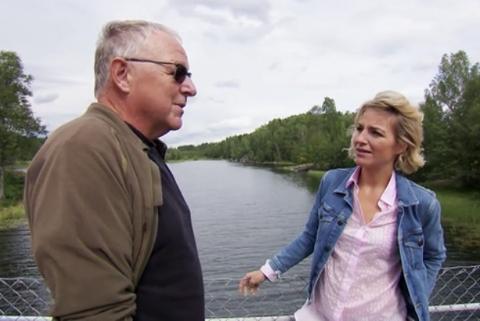 Forfatter Roy Jacobsen husker mange sommere på Nosa. Her intervjues han av programleder Guri Solberg.